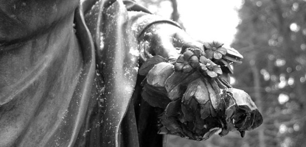 800px-pavlosk_park_field_13_statue_girl_with_flowers_fragment_flowers-by-andrew-krizhanovsky-e1513126325807.jpg